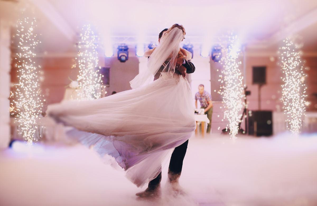 Brautpaar tanzt auf einer Wolke aus Nebel, die der Hochzeit DJ vorbereitet hat